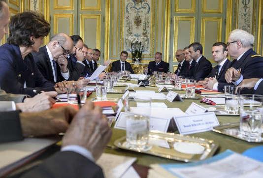 Emmanuel Macron lors du conseil de défense au palais de l'Elysée le 18 mai.