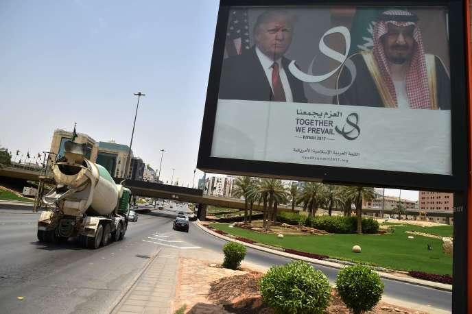 Le 19 mai, à Riyad, un panneau annonce la prochaine rencontre entre Donald Trump et le roi Salman.