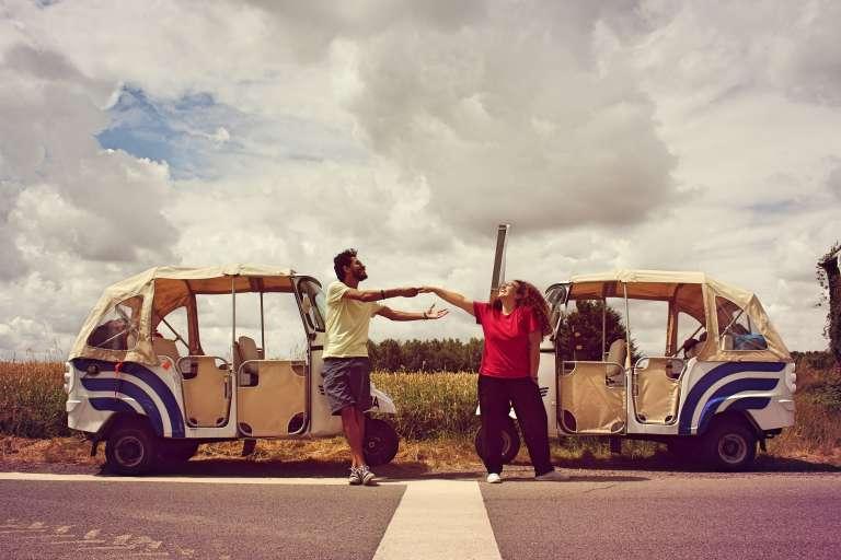 Amal et Anass se sont rencontrés alors que Anass parcourait le Maroc à pied. Elle a fait partie des 300 personnes qui se sont jointes à lui, pour quelques kilomètres ou plus, pour découvrir leur son propre pays.