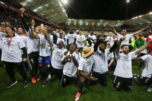 Les joueurs d'Amiens fêtent leur montée en Ligue 1 au stade de Reims, vendredi 19 mai.