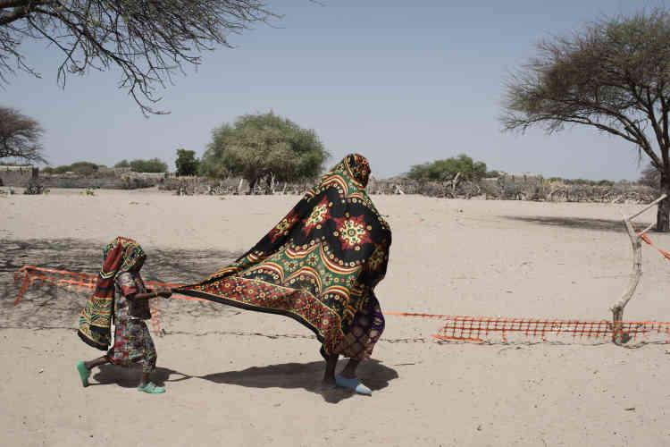 Khadya Djibila est suivie par sa fille aînée alors qu'elle rentre dans la clinique mobile de Fourkoulom pour y amener son bébé de 8 mois, atteint de malnutrition sévère aiguë.