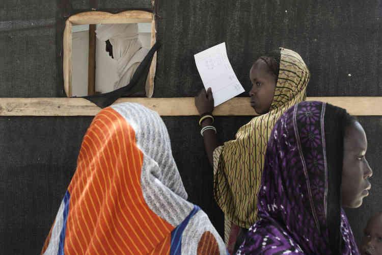Des femmes attendent de recevoir leurs médicaments, après les consultations, dans la clinique mobile de Fourkoulom, gérée par Médecins sans frontières (MSF).