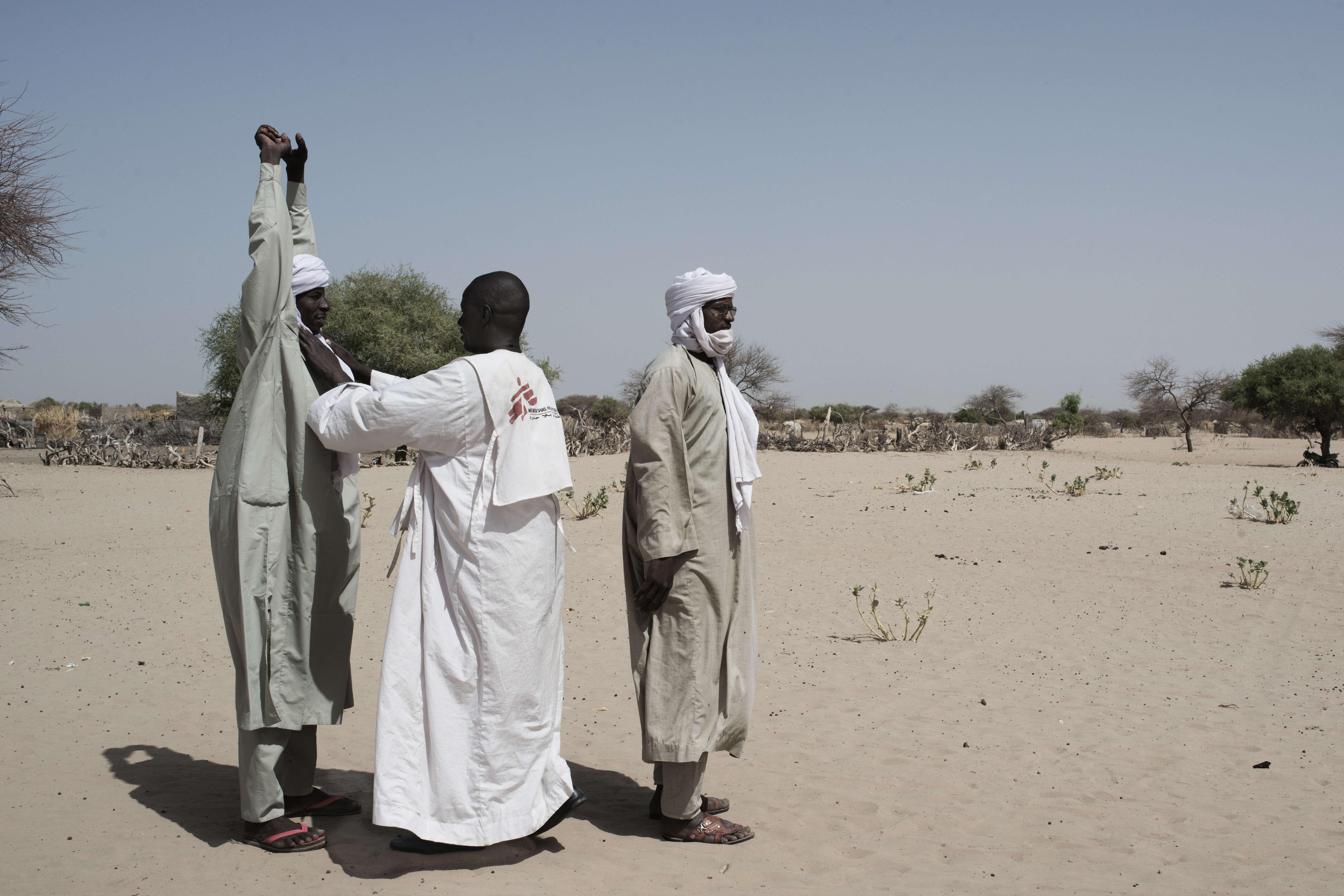 Une fouille est organisée à l'entrée de la clinique mobile de Fourkoulom gérée par Médecins sans frontières (MSF) pour s'assurer que les nouveaux arrivants ne portent pas d'armes.