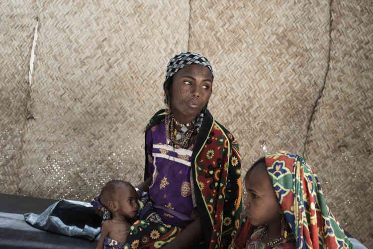 Khadya Djibila et sa fille attendent une évacuation vers l'hôpital de Baga Sola, qui prendra en charge son bébé de 8 mois atteint de malnutrition sévère aiguë.