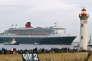 Le « Queen-Mary-2» quitte le chantier naval de Saint-Nazaire (Loire-Atlantique), le 22 décembre 2003.