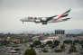 Un avion d'Emirates Airlines, en provenance de Dubaï, s'apprête à atterrir à l'aéroport de Los Angeles, le 21 mars 2017.