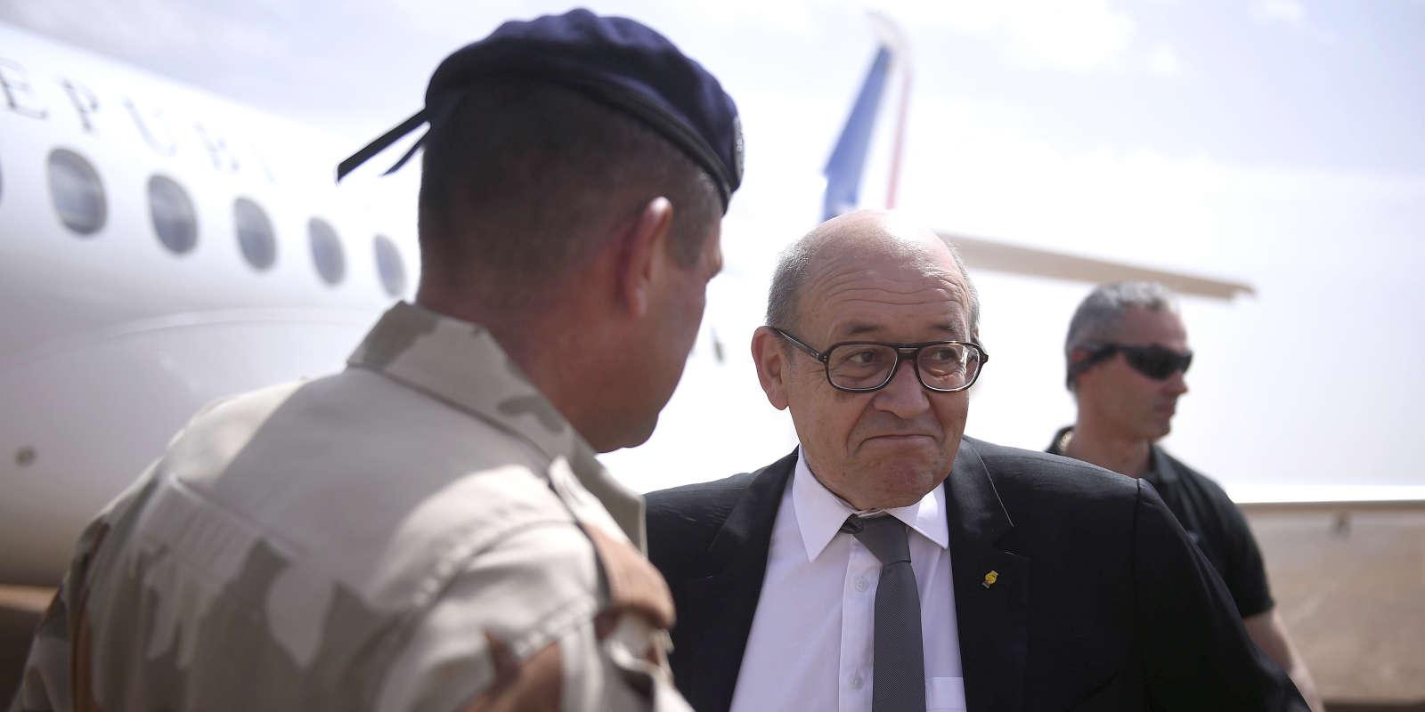 Jean-Yves Le Drian le 19 mai 2017 à Gao, au Mali, où il accompagne le président de la République, Emmanuel Macron.