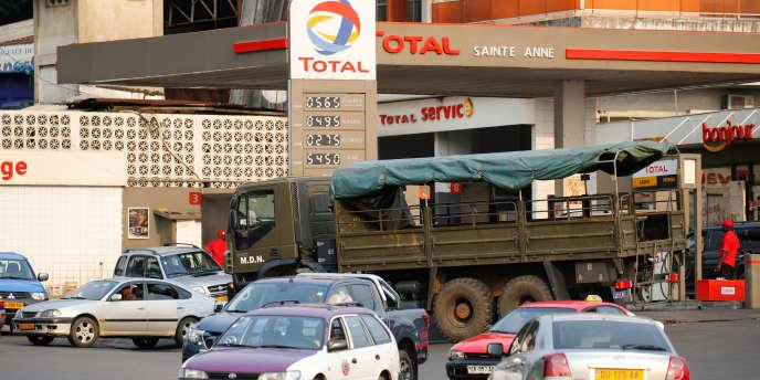 Une station Total, à Libreville, au Gabon, en février 2017.