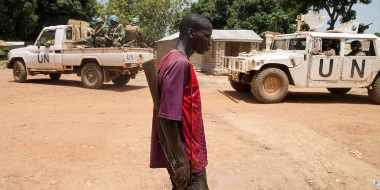 Un milicien anti-Balaka pro-chrétien dans le village de Makunzi Wali, en Centrafrique, le 27 avril 2017.