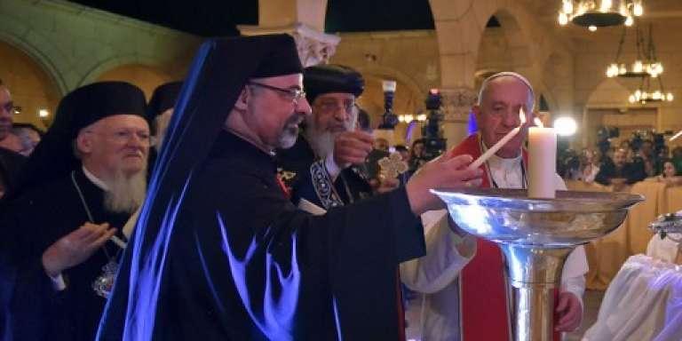 Le pape Théodore II, chef des coptes, et le pape François à l'église Saint-Pierre-et-Saint-Paul du Caire, le 28 avril 2017.