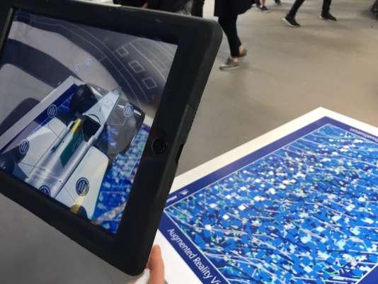 Visualisation d'un prototype en «réalité augmentée», dans l'eVillage sur l'esplanade des Invalides, le 20 mai.