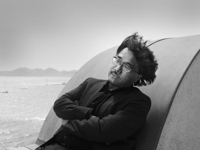 Le réalisateur sud-coréen Bong Joon-ho au balcon de l'hôtel Carlton à Cannes, le 19 mai 2017.