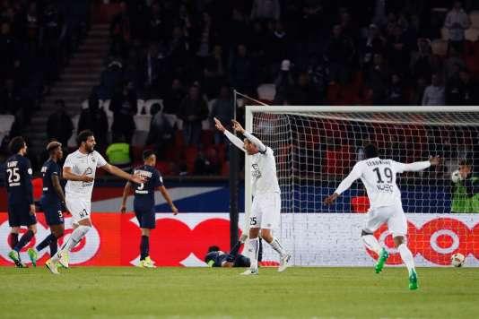 La joie des Caennais après leur but dans les arrêts de jeu au Parc des Princes, qui assure leur maintien en Ligue 1.
