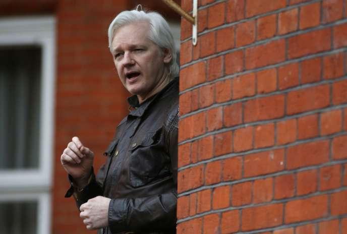 Julian Assange, vendredi 19 mai, sur le balcon de l'ambassade d'Equateur, à Londres.