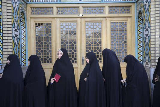 Des Iraniennes font la queue pour voter dans une mosquée de Qom, au sud de Téhéran, le 19 mai.