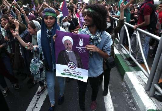 Des partisans de président Rohani fêtent sa victoire dans le centre de Téhéran, le 20 mai.BEHROUZ MEHRI / AFP