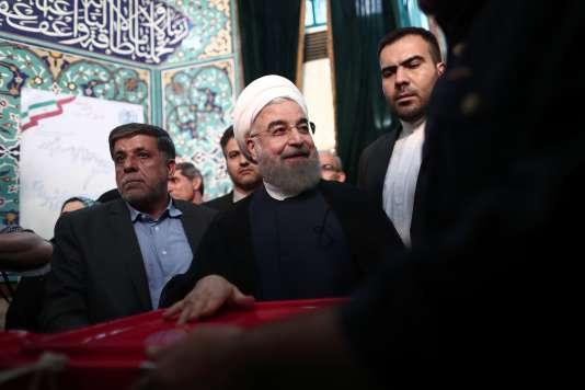 Le président iranien Hassan Rohani dépose son bulletin de vote dans l'urne, à Téhéran le 19 mai.