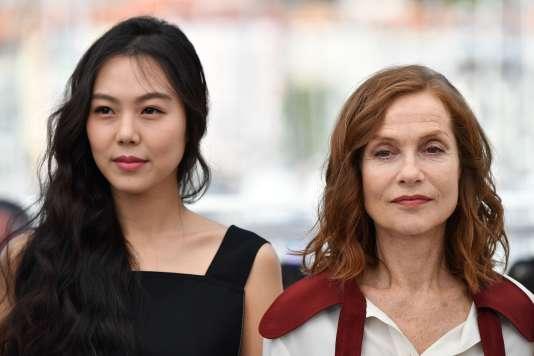 L'actrice coréenne Kim Min-hee (à gauche) et l'actrice française Isabelle Huppert pour le film coréen de Hong Sang-soo, «La Caméra de Claire», au 70e Festival de Cannes, le 21 mai 2017.