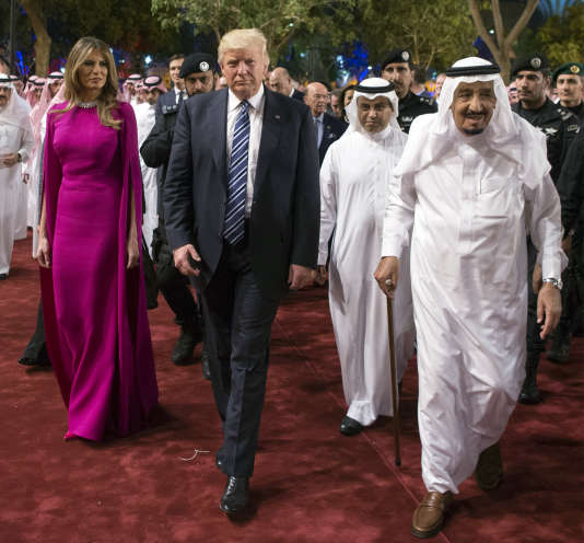 Le président Donald Trump et son épouse, Mélania, accompagnés du roi Salman d'Arabie saoudite, le 20 mai à Riyad.BANDAR AL-JALOUD / AFP