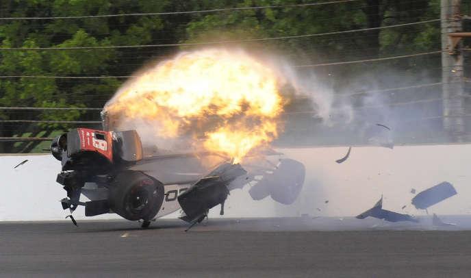 La monoplace de Sébastien Bourdais percute le muret de protection, sur le circuit ovale d'Indianapolis, le 20 mai.