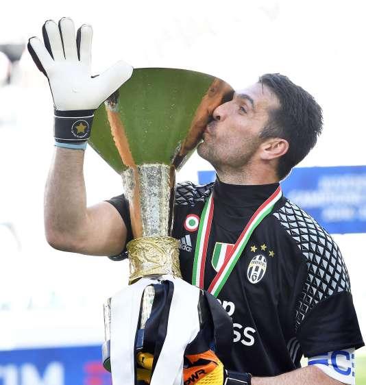 Gianluigi Buffon célèbre le sixième scudetto de suite de son équipe. Un record.