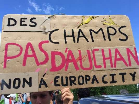 A Gonesse (Val-d'Oise), dimanche 21 mai 2017, contre le projet d'Auchan qui consommerait des centaines d'hectares de terres agricoles.