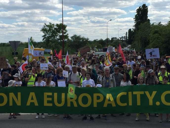 A Gonesse (Val-d'Oise), dimanche 21 mai 2017, un millier de manifestants protestent contre le projet EuropaCity, visant à implanter un gigantesque centre commercial et des activités de loisirs dans le triangle de Gonesse.