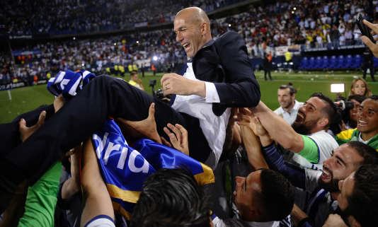 Zinedine Zidane porté par ses joueurs après le succès à Malaga.