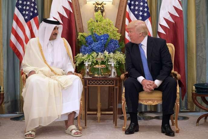 L'émir du Qatar, le cheikh Tamim Ben Hamad Al-Thani, et le président américain Donald Trump à Riyad (Arabie saoudite), le 21 mai 2017.