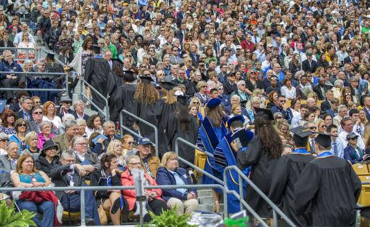Dimanche 21 mai, les étudiants de la prestigieuse université américaine Notre-Dame de South Bend (Indiana) quittent la cérémonie de remise des diplômes, en signe de protstation, pendant le discours du vice-président Mike Pence. (Robert Franklin/South Bend Tribune via AP)