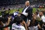 Zidane porté en triomphe par ses joueurs après avoir remporté la Liga.