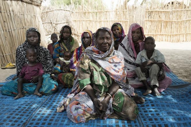 Des femmes membres d'une association d'entraide rurale soutenue par Care posent dans une cour du village de Dar Kani.