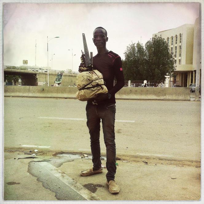 A côté de l'ancien Parlement, dans le centre-ville de N'Djamena, les hommes se louent à la journée. Electriciens, plombiers, maçons, caisse à outils au pied, ils attendent le client en sirotant de l'alcool de canne à sucre.