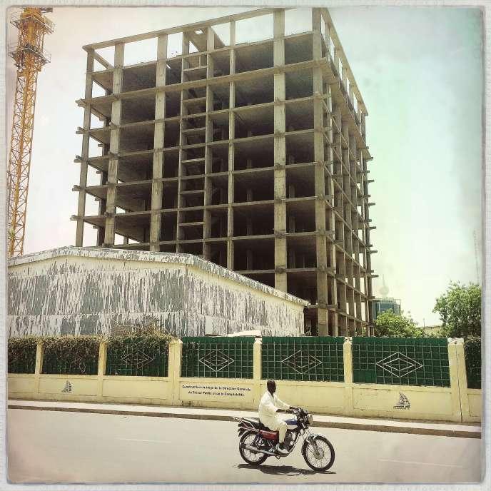 En 2017, après la chute des cours du prix du pétrole, de nombreux chantiers de batiments publics et privés se sont interronpus dans à N'Djamena, la capitale du Tchad.