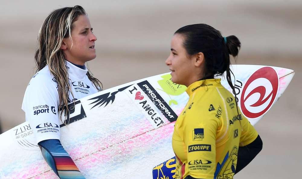Pauline Ado et Johanne Defay. Malgré leur calendrier chargé (la 4eépreuve du circuit professionnel de la World Surf League, à Rio de Janeiro, s'est achevée le20mai, et la 5eétape, aux Fidji, débute le 28 mai), les surfeuses tricolores ont honoré l'équipe de France de leur présence. Un doublé gagnant qui place l'équipe de France en tête des championnats du monde des nations de surf.