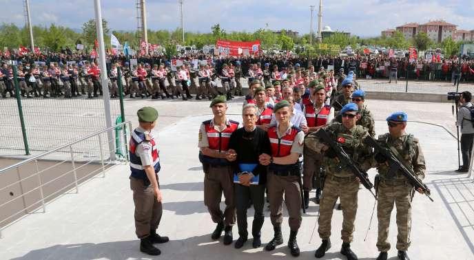 L'ancien chef de l'armée de l'airAkin Ozturk quitte sa prison pour un tribunal d'Ankara, le 22 mai2019.