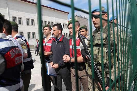 Des soldats turcs accusés d'avoir participé au putsch manqué de juillet 2015 arrivent à leur procès, dans la prison de Sincan, près d'Ankara, le 22 mai.