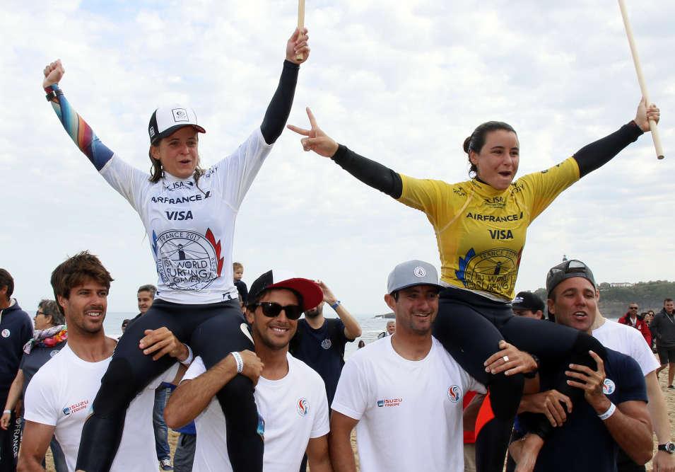Sur la Grande Plage à Biarritz, le 22 mai. La Basque de 26 ans Pauline Ado et la Réunionnaise de 23 ans Johanne Defay sont portées en triomphe par leur équipe. Elles viennent d'être sacrées championne et vice-championne dans l'épreuve individuelle des Mondiaux des nations de surf.