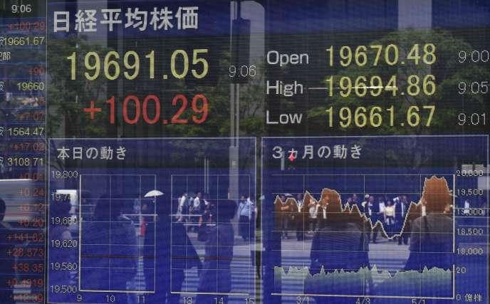 Une panneau affichant les cours de la Bourse de Tokyo, dans les rues de la capitale japonaise, le 22 mai.