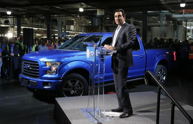 Le PDG de Ford Mark Fields, dont le départ a été annoncé par le constructeur automobile américain lundi 22 mai, en novembre 2014 à l'usine de Dearborn dans le Michigan.