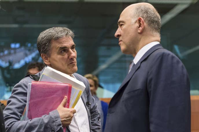 Le commissaire européen aux affaires économiques, Pierre Moscovici (à droite), et le ministre des finances grec, Euclide Tsakalotos, à Bruxelles, le 22 mai 2017.