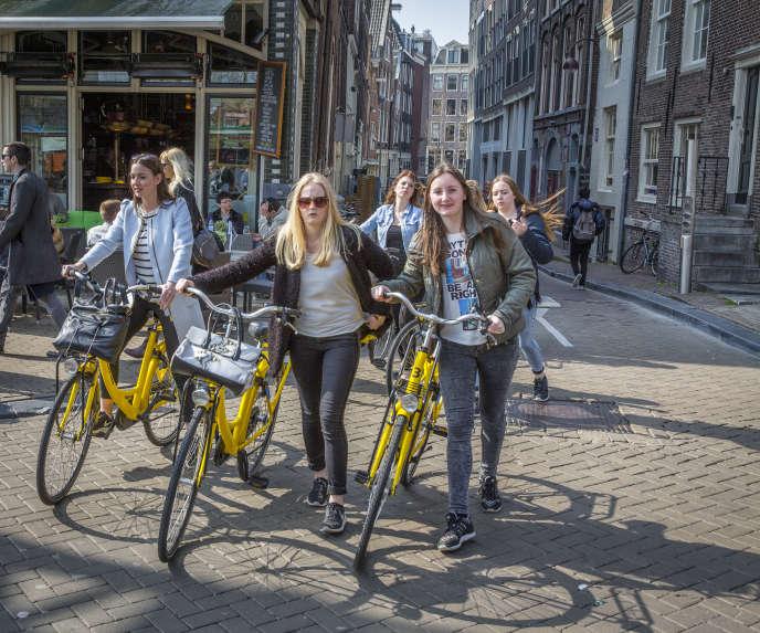 «Côté transports, à Amsterdam, tout se fait à vélo : aller au travail, faire ses courses, sortir boire un verre ».