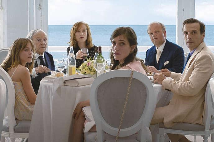 Fantine Harduin, Jean-Louis Trintignant, Isabelle Huppert, Toby Jones, Mathieu Kassovitz etLaura Verlinden dans «Happy End».