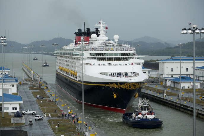 «Outre ses émissions de CO2, le transport maritime est aussi responsable d'émissions de particules et de dioxyde de soufre plusieurs fois équivalentes à celles du parc automobile mondial.» (Photo:canal de Panama, le 29 avril.)