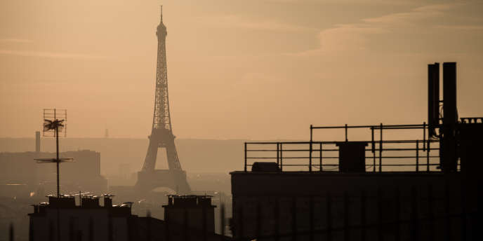 La tour Eiffel dans un nuage de pollution, le 4 décembre 2016, à Paris.