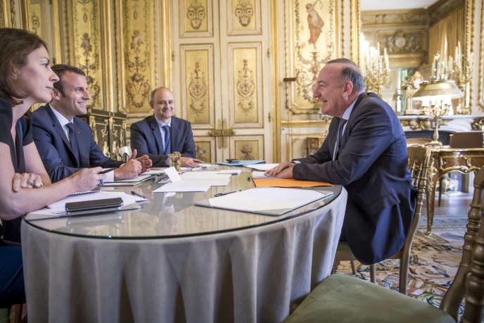 «La nomination de onze ministres qualifiés au titre de cette organisation sociale me semble se limiter à une opération borgne» (Photo: Emmanuel Macron, président de la République, reçoit Pierre Gattaz, président du Medef, au Palais de l'Elysée, le 23 mai).
