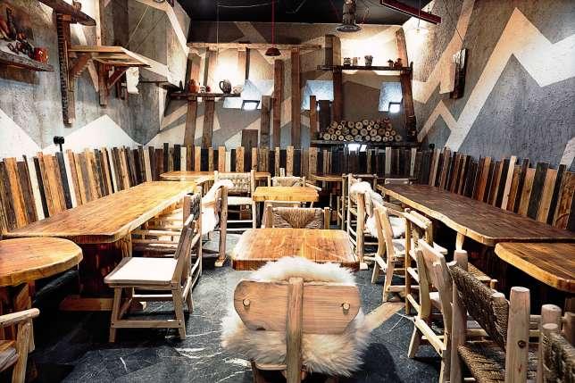 Le restaurant offre 220 couverts, dans les galeries du Palais des congrès.