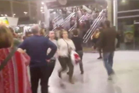Les spectateurs fuient la Manchester Arena peu après l'explosion, le 22 mai.