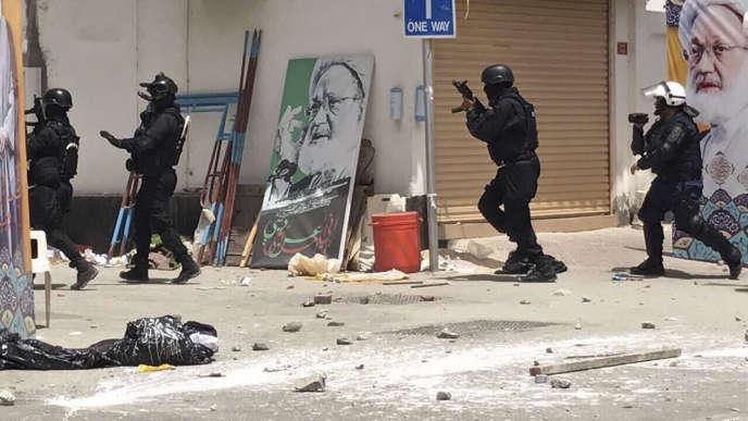 Les forces de sécurité lors d'un raid à Diraz, à Bahreïn, le 23 mai.