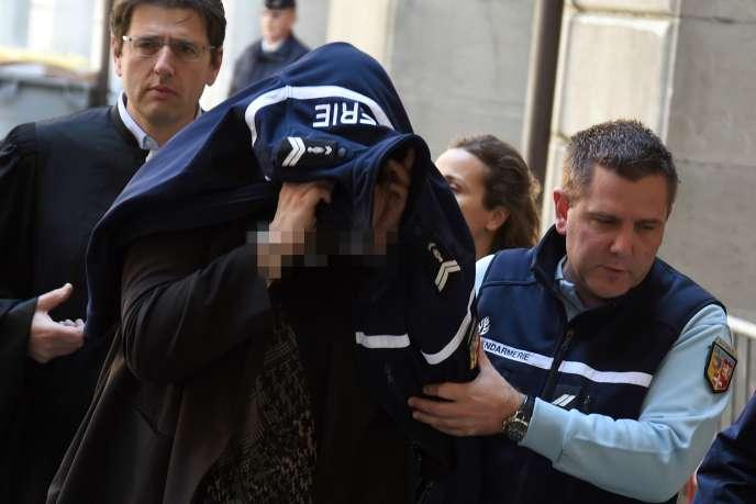 Escortée par des gendarmes et son avocat Me Bidnic, Ludivine Chambet, le 9 mai 2017, arrive au tribunal de Chambéry.